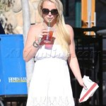 Britney Spears shows slim figure while sipping Starbucks